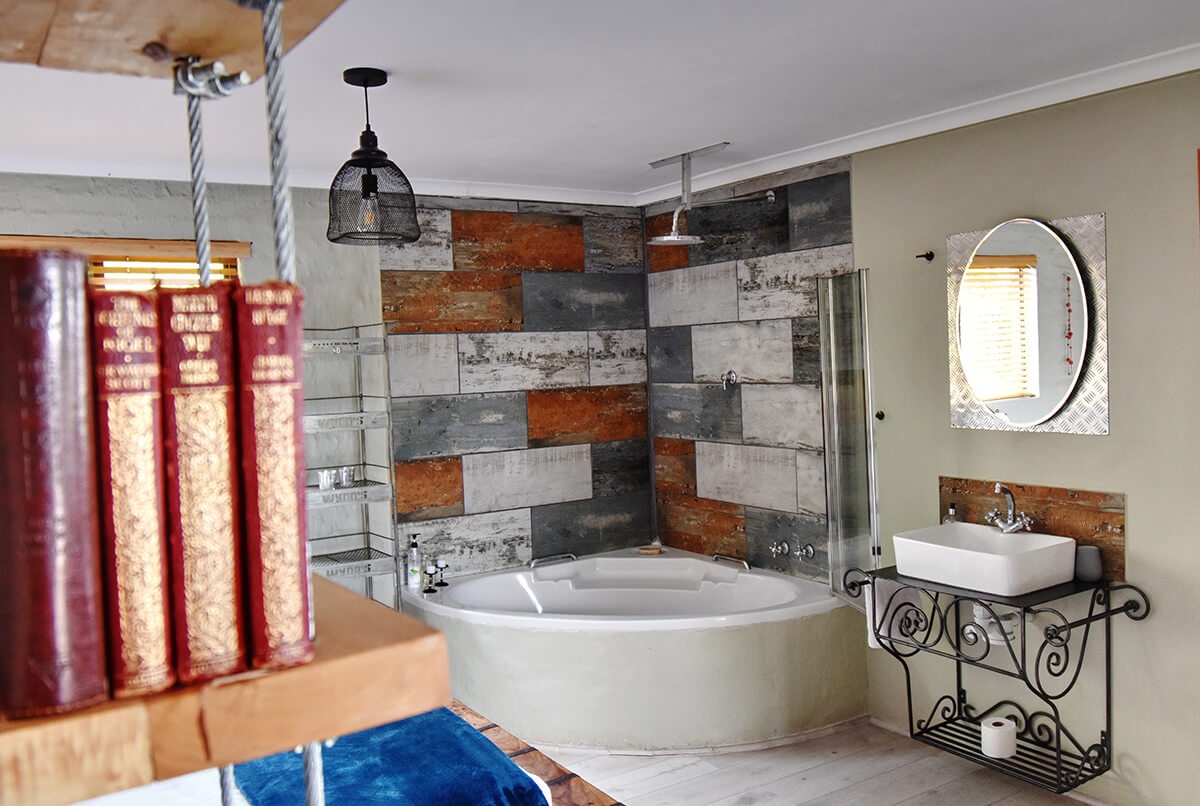 Rustic Red Studio with corner bath